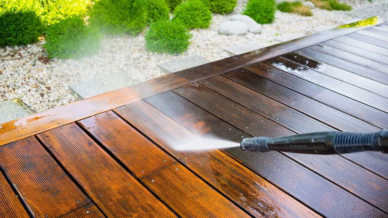 Nettoyer une terrasse en bois